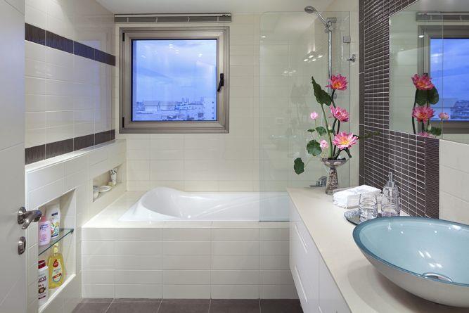 חדר אמבטיה מעוצב בקו מודרני בשילוב פרטי סטיילינג.עיצוב: יוסי שאול YS-DESIGN