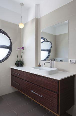 חדר אמבטיה במראה יוקרתי, מודרני ואלגנטי. תכנון ועיצוב: יוסי שאול