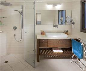 חדר אמבטיה המייצר תחושת מרחב, בגימור יוקרתי. תכנון ועיצוב: יוסי שאול YS-DESIGN