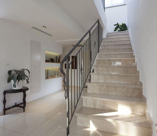 מדרגות פנימיות בעיצוב מינימליסטי בדופלקס יוקרה. סטיילינג ןעיצוב: יוסי שאול YS-DESIGN