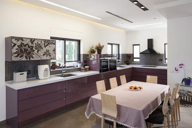 מטבח מודרני ופינת אוכל במראה יוקרתי, מודרני ואלגנטי. תכנון ועיצוב: יוסי שאול