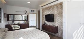 מבט כללי: חדר שינה במראה יוקרתי, מודרני ואלגנטי. תכנון ועיצוב: יוסי שאול