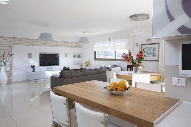 מבט אל פינת האוכל והסלון בדופלקס יוקרתי. עיצוב: יוסי שאול YS-DESIGN