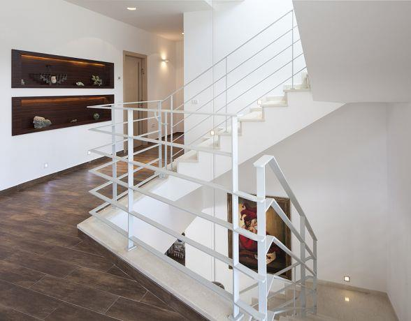 מבואה וגרם מדרגות במראה יוקרתי, מודרני ואלגנטי. תכנון ועיצוב: יוסי שאול