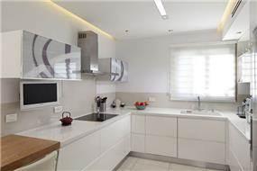 מטבח מודרני ומואר בגימור אפוקסי לבן, בתוספת פרטי גמר משלימים. עיצוב: יוסי שאול YS-DESIGN