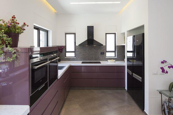 מטבח מודרני בגווני סגול במראה יוקרתי, מודרני ואלגנטי. תכנון ועיצוב: יוסי שאול