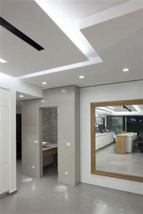 מבואת הבית משלבת אלמנטים וחומרים שונים כמו עץ, גבס וקרמיקה. עיצוב: יוסי שאול YS-DESIGN