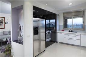 עיצוב מטבח בקו נקי ובשילוב חומרים מודרנים. עיצוב: יוסי שאול YS-DESIGN
