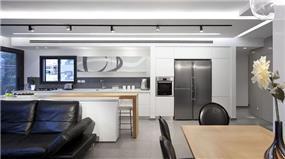 מטבח פתוח, גדול ומודרני המשתלב היטב עם שאר החלל. עיצוב: יוסי שאול YS-DESIGN