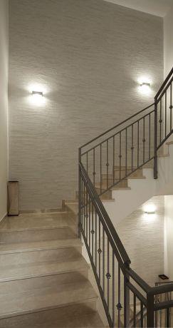 מבואת מדרגות עם גמר דקורטיבי, עיצוב פנים יוסי שאול