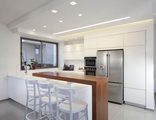מטבח מודרני, מוקפד ונקי המשלב בר ותאורה. עיצוב: יוסי שאול YS-DESIGN