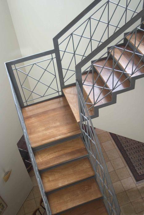 מדרגות תלויות בפטיו - אינטקטורה