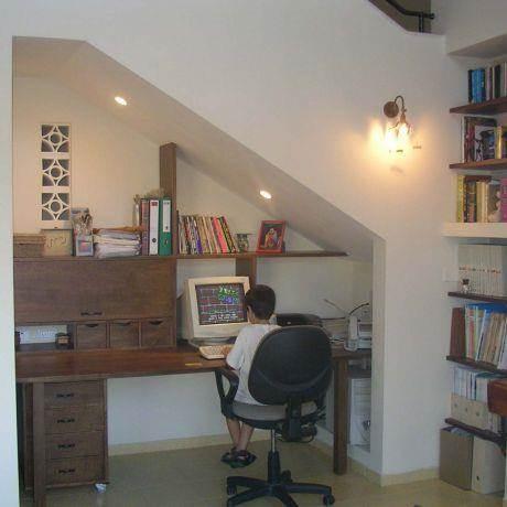 פינת עבודת מתחת לגרם המדרגות, עיצוב ורד פולקמן