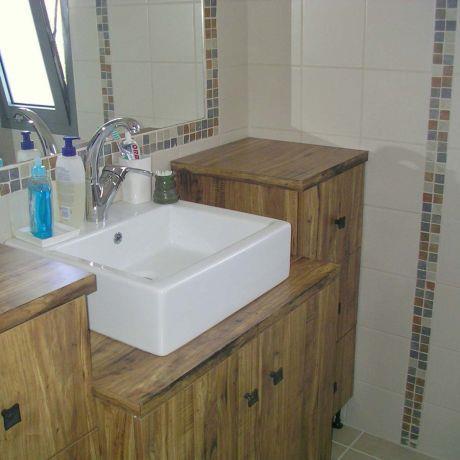 קישוטי פסיפס וארון מעץ מלא בחדר אמבטיה תכנון ועיצוב ורד פולקמן