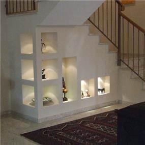 נישות דקורטיביות מתחת לגרם המדרגות, עיצוב ורד פולקמן