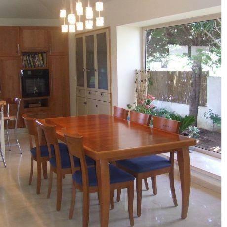 פינת אוכל עם קיר זכוכית הפונה לגינה, עיצוב ורד פולקמן