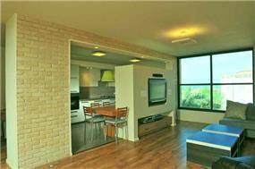 """סלון ומטבח, דירה, ת""""א - תמי אורנשטין אדריכלים"""