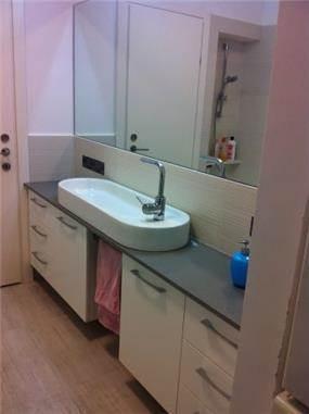 חדר אמבטיה מעוצב בקו מודרני. עיצוב: ציפי לוי צליל