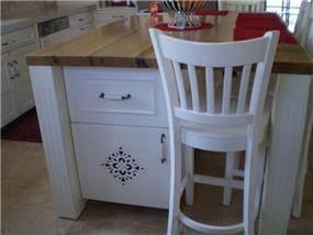 כסא ושולחן בצילום תקריב כחלק ממטבח כפרי בעיצוב ציפי לוי