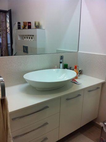 חדר אמבטיה בצבעוניות בהירה ומודרנית. עיצוב: ציפי לוי צליל