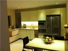 מטבח מעוצב בסגנון מודרני ושילובי חומרים. עיצוב: ציפי לוי צליל