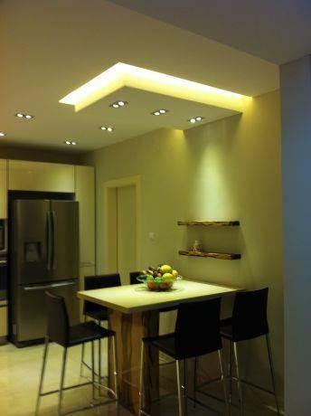 מבנה גבס בתקרה וגופי תאורה בסגנון מודרני בפינת אוכל. עיצוב: ציפי לוי צליל