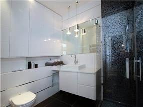 חדר אמבטיה מודרני בבית בכרכור. עיצוב:CG DESIGN - כרמית גורש עיצוב ואדריכלות פנים