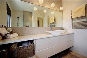 חדר אמבטיה בסגנון מודרני וביתי של CG DESIGN - כרמית גורש עיצוב ואדריכלות פנים