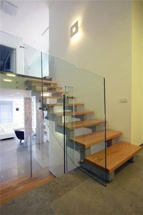מדרגות פנים בעיצוב מודרני בבית בכרכור.עיצוב: CG DESIGN - כרמית גורש עיצוב ואדריכלות פנים