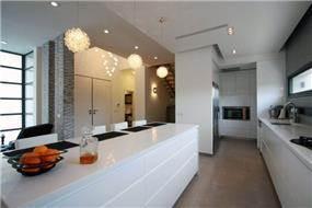 מבט מהמטבח אל הסלון. בית מודרני בכרכור בעיצוב CG DESIGN - כרמית גורש עיצוב ואדריכלות פנים