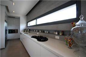 מטבח מאורך בסגנון מודרני בבית בכרכור. עיצוב: CG DESIGN - כרמית גורש עיצוב ואדריכלות פנים