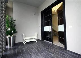 כניסה לבית בכרכור בעיצוב מודרני של CG DESIGN - כרמית גורש עיצוב ואדריכלות פנים