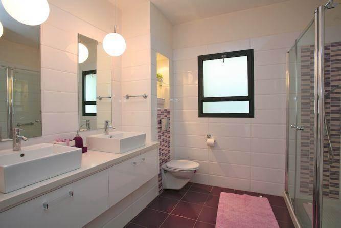 חדר אמבטיה בגווני סגול, איריס מרקו - עיצוב ואדריכלות פנים