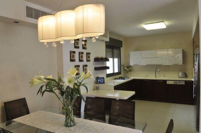 מטבח בסגנון מודרני עם ארונות בצבע וונגה, מיכל חורש סומך אדריכלית