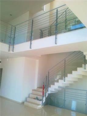 חלל כפול -מדרגות פנים הבית