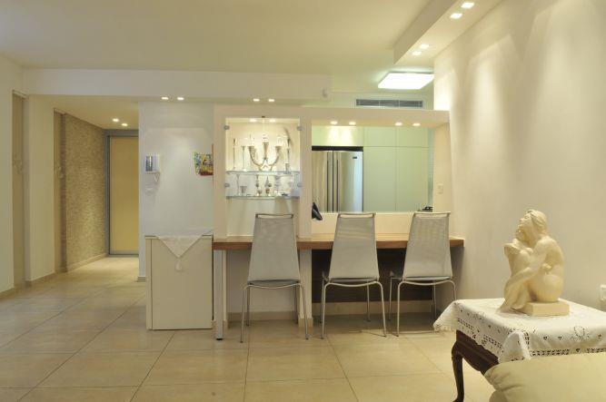 דלפק ישיבה הפונה למטבח, מיכל חורש סומך אדריכלית