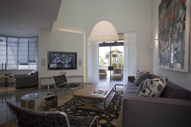 סלון ויציאה למרפסת בעיצוב מודרני, ביתי וחם. עיצוב: ענבל ברקוביץ