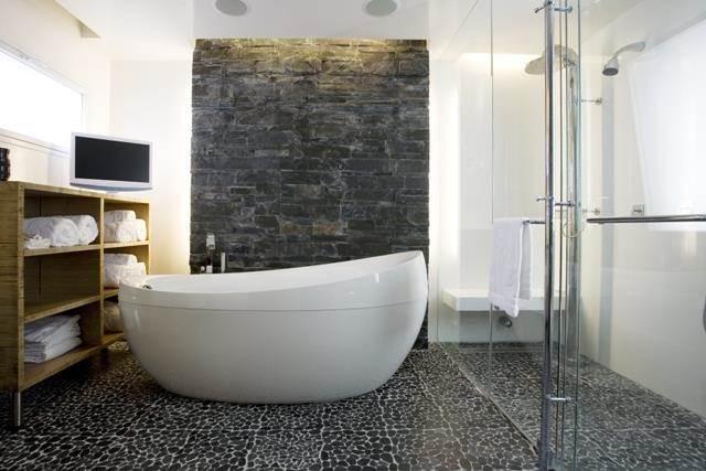 אמבטיית free standing בשילוב ריצוף וחיפוי קיר מעניינים. עיצוב: ענבל ברקוביץ