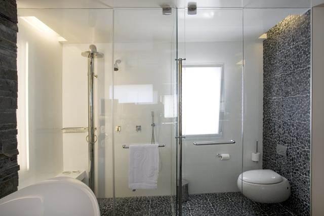 חדר אמבטיה עם הפרדת זכוכית -  בעיצוב ותכנון ענבל ברקוביץ עיצוב ואדריכלות פנים