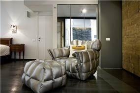 חדר שינה בעיצוב מודרני, בדגש על הספה הייחודית- ענבל ברקוביץ עיצוב ואדריכלות פנים
