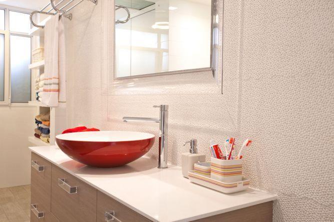 חדר אמבטיה מעוצב עם חיפוי קיר ופרקטים תואמים - בתכנון ועיצוב של ענבל ברקוביץ עיצוב ואדריכלות פנים