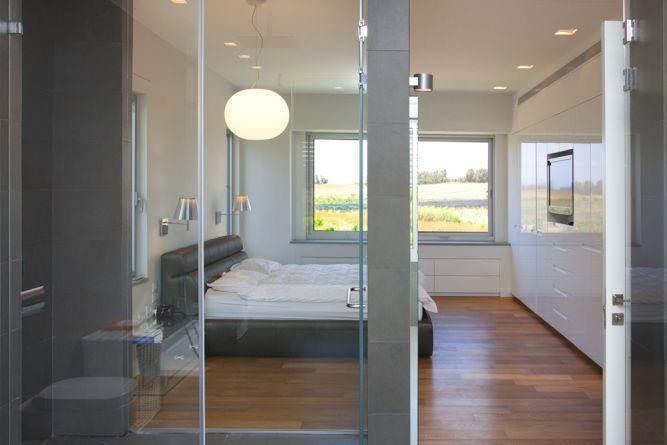 חדר שינה מודרני עם משחקי שקיפות. עיצוב: ענבל ברקוביץ