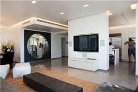 סלון מודרני ומבט אל המטבח ומבואת הכניסה.עיצוב: ענבל ברקוביץ