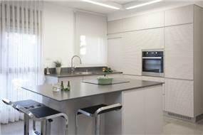 מטבח בהיר בסגנון נקי ומינימליסט. עיצוב של ענבל ברקוביץ