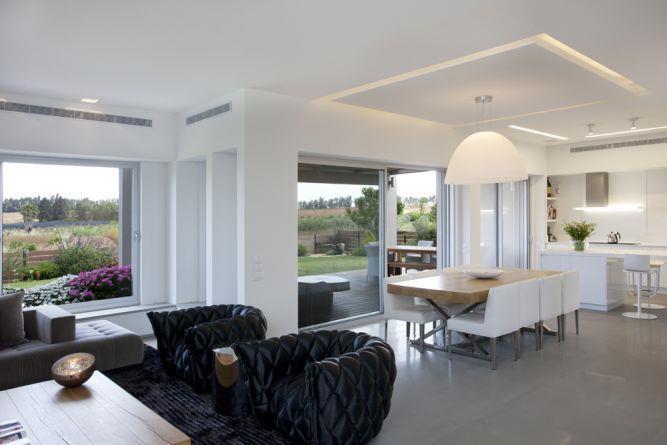 סלון ופינת אוכל בסגנון מודרני ונקי עם תאורה צפה. עיצוב: ענבל ברקוביץ