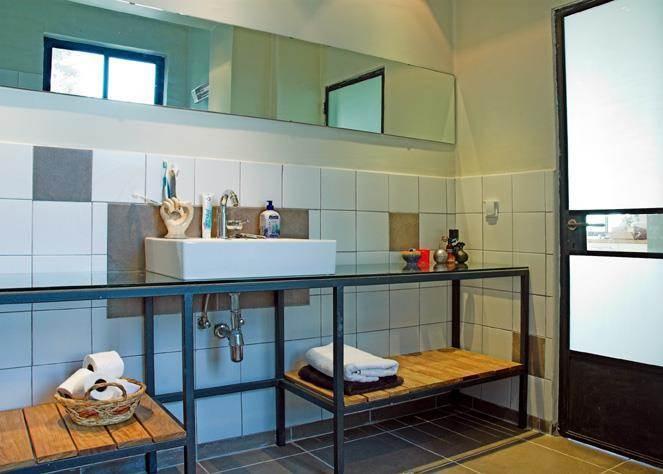 ברזל וזכוכית בחדר האמבטיה