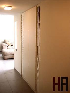 ארון מעילים במסדרון