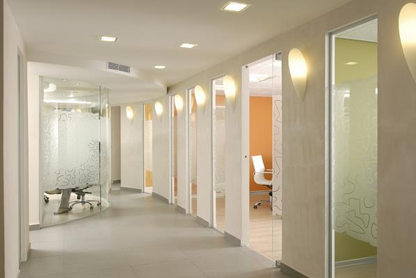 מסדרון לחדרים-כל חדר צבוע בצבע בגוון שונה מאותה משפחת צבעים