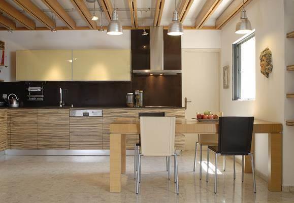 קורות עץ בתקרת המטבח ליצירת הפרדה בין החללים, עיצוב אופירה רייכקינד יצהרי