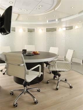 חדר ישיבות מעוצב, עגול, מודרני, במשרד כוח אדם